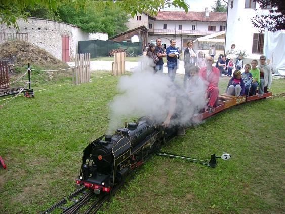 Il treno in miniatura all'ex convento con i bimbi delle elementari di Busca