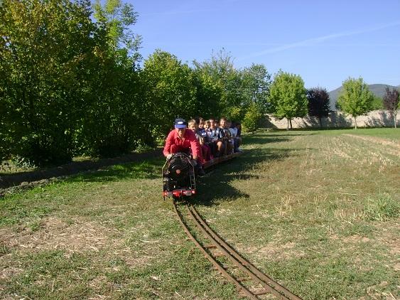 i bimbi delle elementari di Busca sul treno a vapore in miniatura